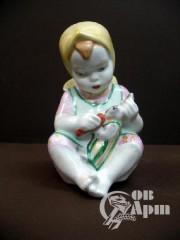 """Скульптура """"Девочка с игрушкой"""""""